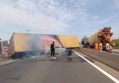 Un camion s'est renversé sur une voiture sur l'autoroute à péage